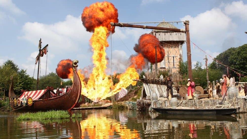 Een spektakel van het park Puy du Fou, een vikingboot en grote vuurkolom. Grande Spectacle!!