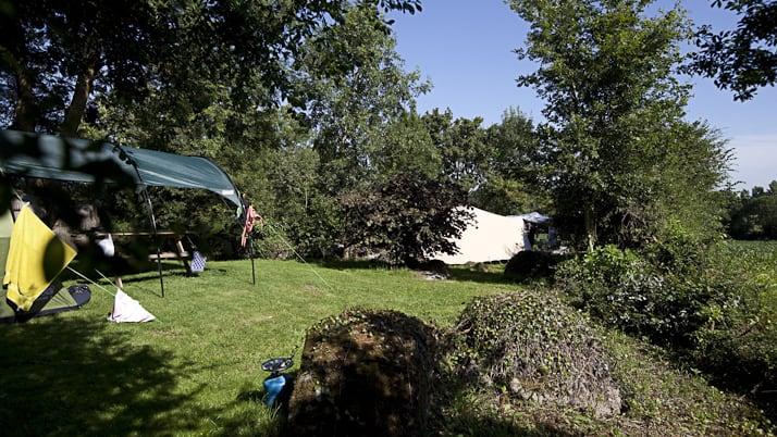 Een vrije tentplek met wijds uitzicht over het maisveld van de buurman.