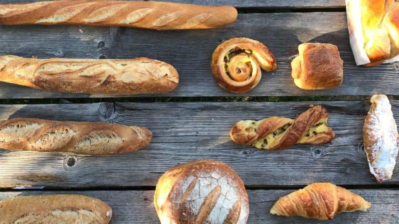 allerlei soorten brood en broodjes op een tafel, de broodservice van de bakker uit het dorp