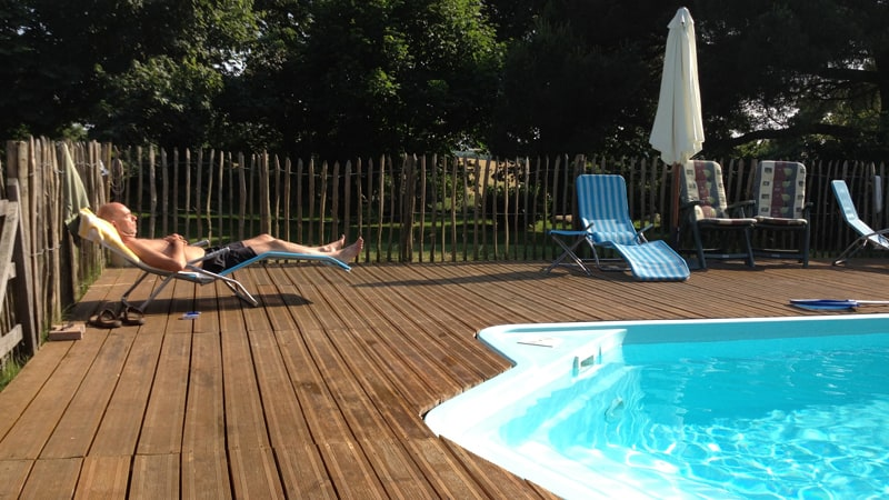 jan bij zwembad