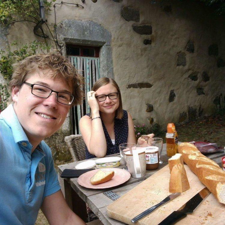 vakantie van teun en carlijn, gasten aan de ontbijttafel met een lekker vers stokbrood